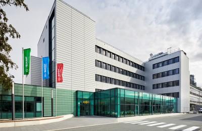Im Lean-Lab-Gebäude in Münster befinden sich 45 funktionale Laborarbeitsplätze, helle Büroarbeitsplätze und Prüfräume. / The Lean Lab building in Münster, Germany, locates 45 functional lab workplaces, spacious offices and testing rooms.